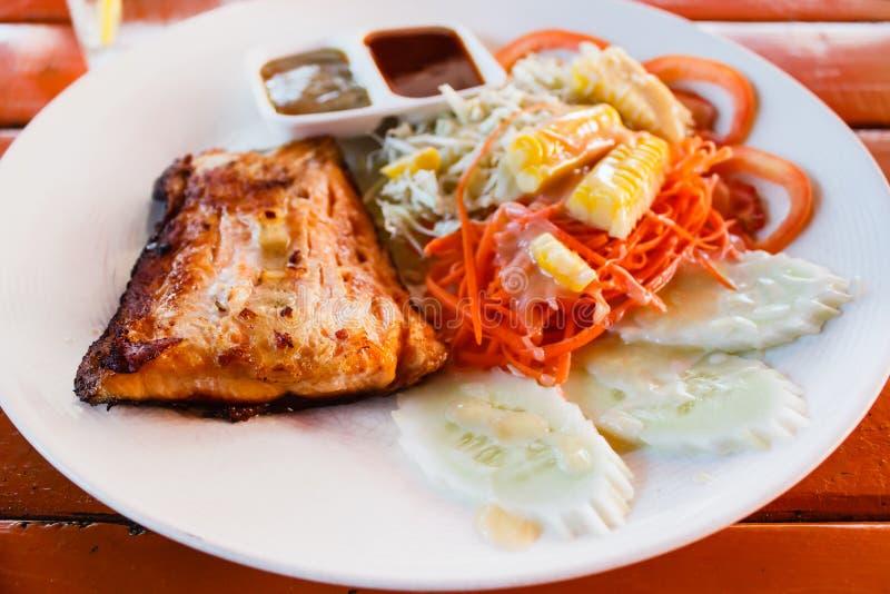 Bife Salmon com a folha fresca da salada foto de stock