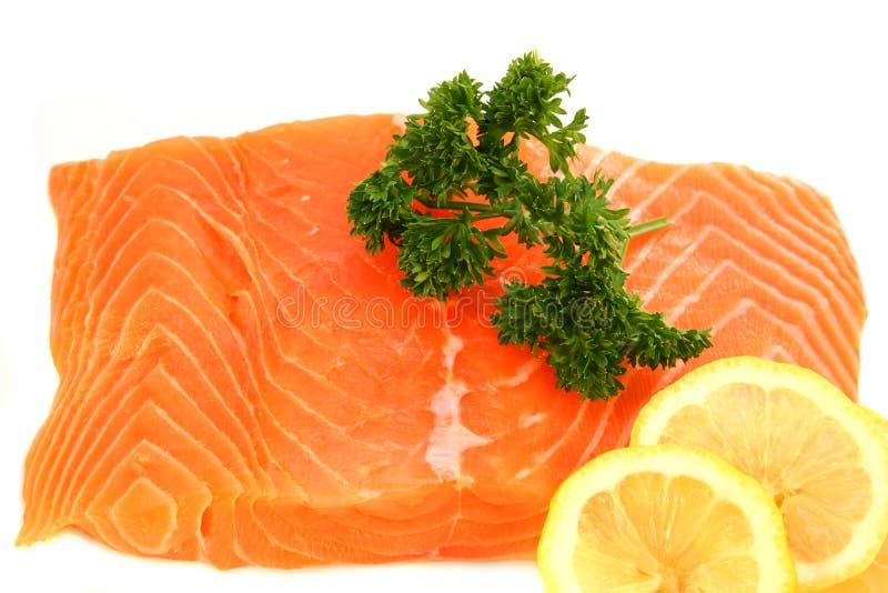 Bife Salmon com limão e salsa imagens de stock