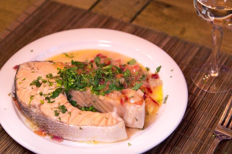 Bife Salmon com os vegetais na placa branca imagem de stock royalty free