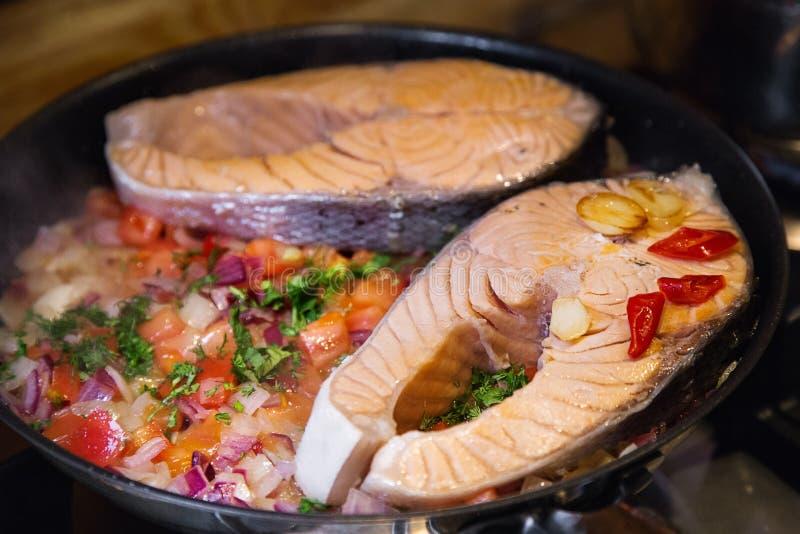 Bife Salmon com os vegetais na placa branca imagens de stock