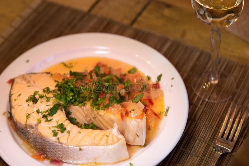 Bife Salmon com os vegetais na placa branca foto de stock royalty free