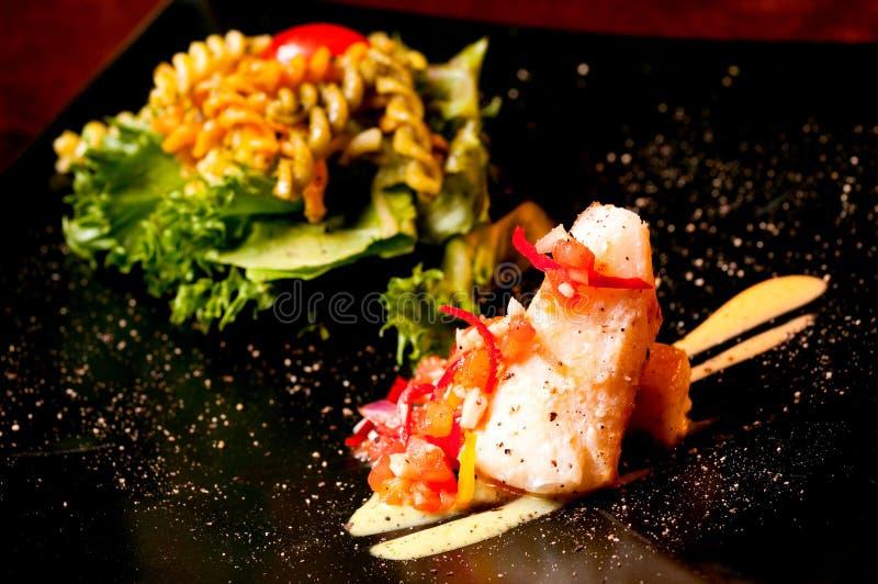 Bife Salmon com salada imagens de stock royalty free