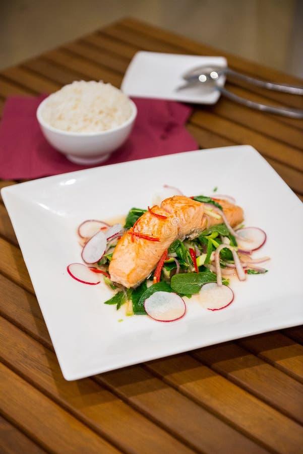 Bife Salmon com salada tailandesa imagens de stock royalty free