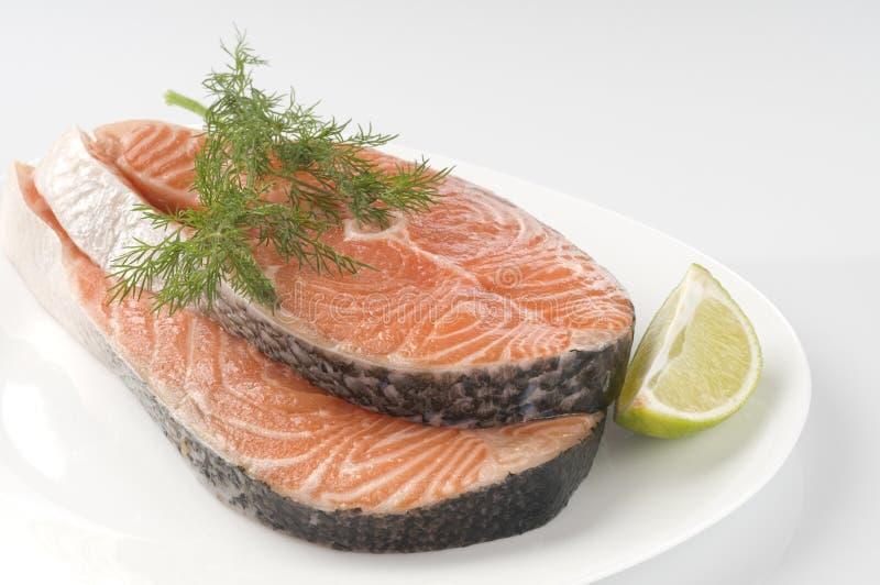 Bife salmon cru com ervas fotos de stock royalty free