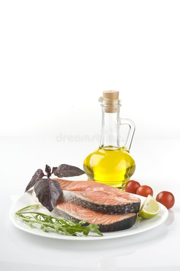 Bife salmon cru com ervas, vegetais fotografia de stock