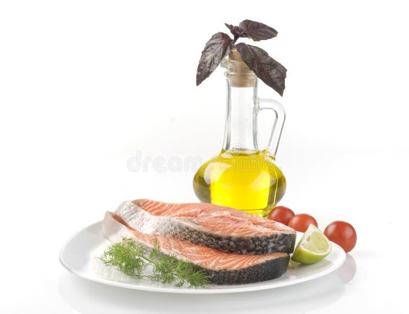 Bife salmon cru com ervas, vegetais imagens de stock