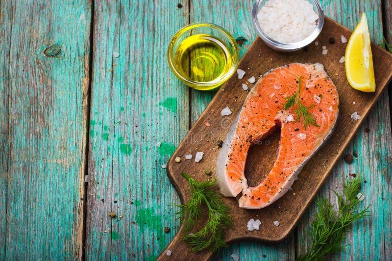 Bife salmon cru fresco com ervas fotos de stock