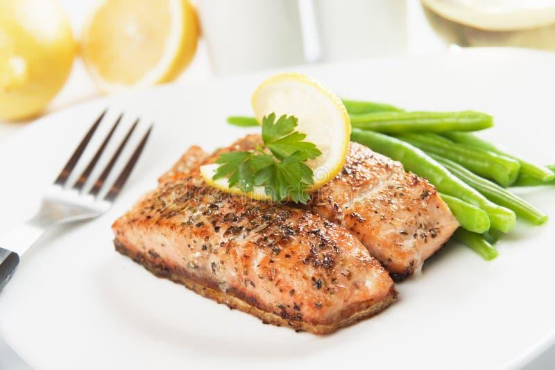 Bife salmon e vegetais grelhados imagem de stock