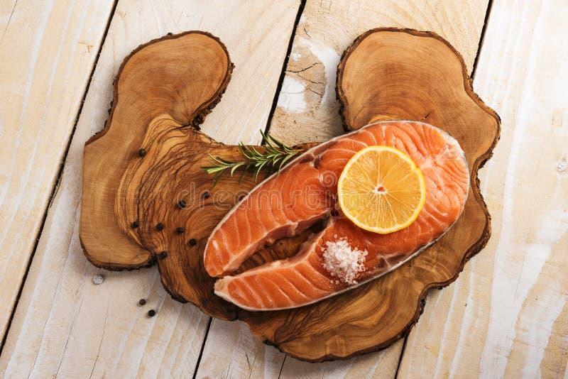 Bife Salmon na placa de madeira imagem de stock royalty free