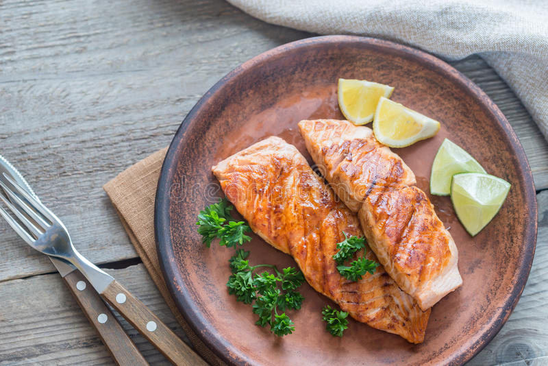 Bife salmon Roasted com salsa fresca fotos de stock royalty free