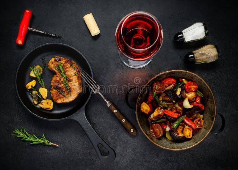 Bife, vegetais e Rose Wine de vidro fotografia de stock royalty free