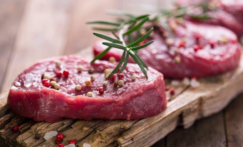 Bifes crus da carne fotos de stock