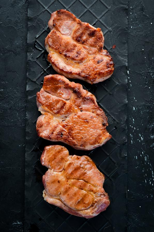 Bifes da carne com alecrins Grade, assado fotos de stock