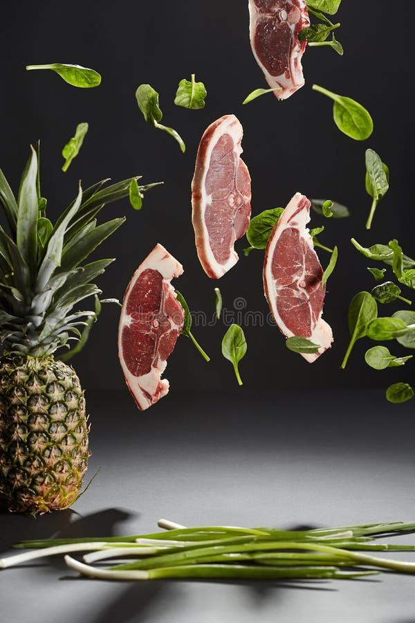 Bifes e folhas de voo da manjericão, um abacaxi e onio da mola imagem de stock