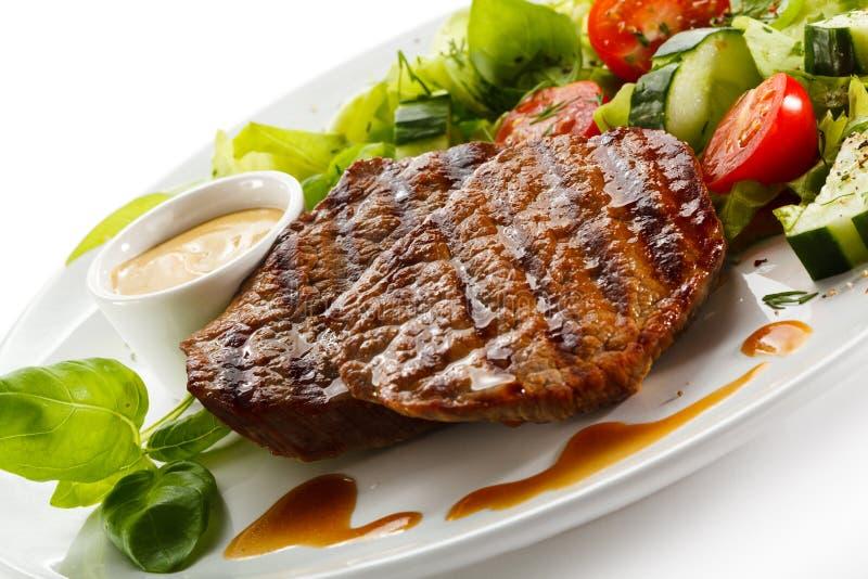 Bifes e vegetais grelhados fotos de stock royalty free