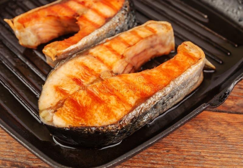 Bifes fritados de peixes vermelhos imagem de stock