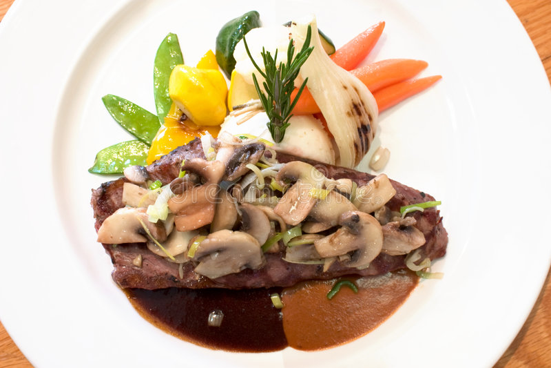 Bifes grelhados da carne com cogumelos fotografia de stock royalty free