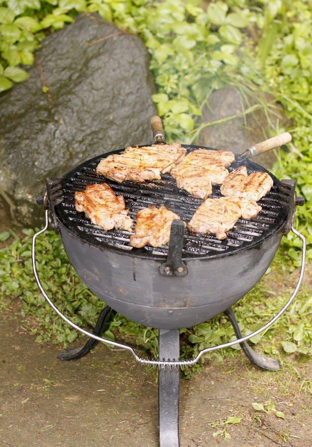 Bifes pstos de conserva da carne de porco na grade fotos de stock royalty free