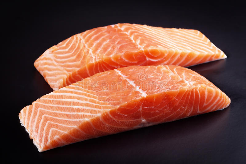 Bifes Salmon crus fotos de stock royalty free