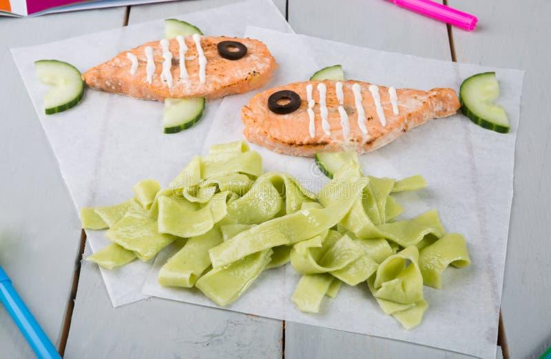 Bifes salmon engraçados para crianças imagem de stock