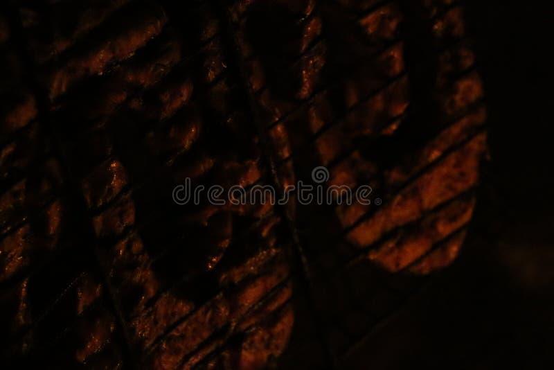 Bifes salmon grelhados em uma grade Grade da chama do fogo Cozinha do restaurante e do jardim imagem de stock