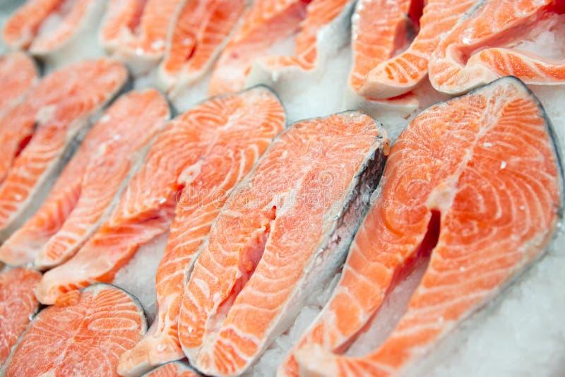 Bifes Salmon no indicador de refrigeração do mercado imagens de stock