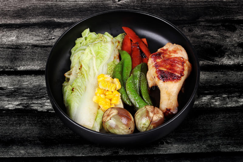 Biff för feg trumpinne och grillade blandade grönsaker royaltyfri fotografi