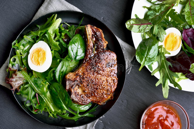 Biff för grön sallad och griskött arkivfoto