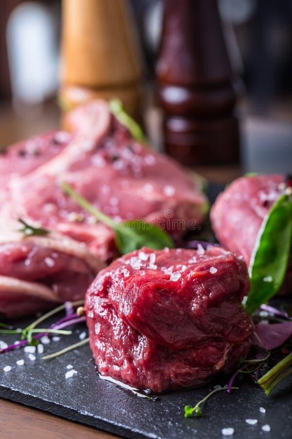 Biff Gnälla steak meat Portion kött rå ny meat Stek av fransyska T-ben biff Flankbiff Garnering för grönsak för andbröst royaltyfri foto