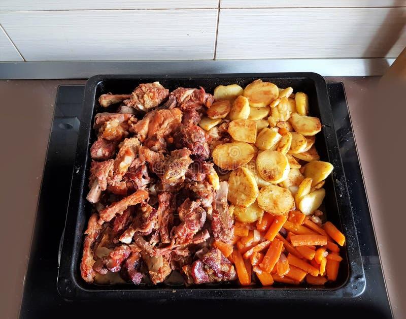 Biff med griskött och potatis och morötter Det traditionella rumänska receptet royaltyfri foto