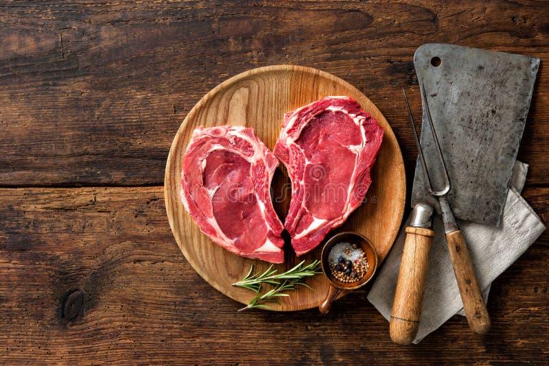 Biffar för kött för kalvkött för hjärtaform rå nya royaltyfri fotografi