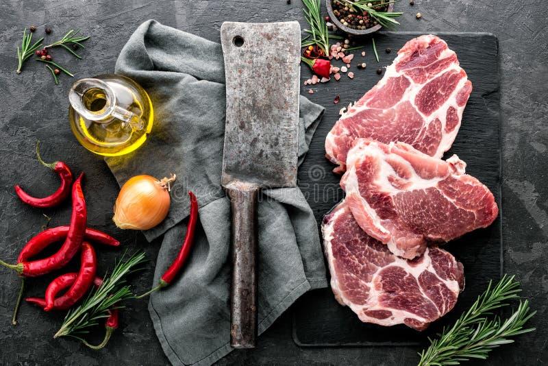 Biffar från rått grisköttkött arkivfoton
