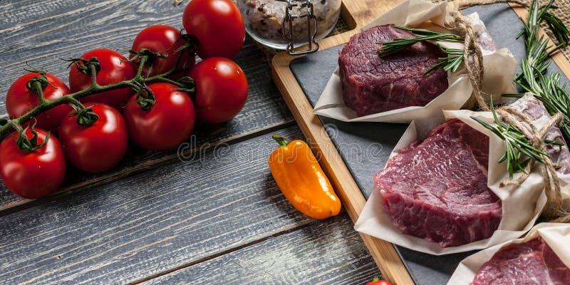 Biffar och grönsaker för rått kött bräde som klipper ny meat fotografering för bildbyråer