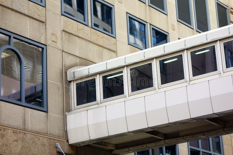 Bifogad gångbana mellan kontorsbyggnader royaltyfria foton