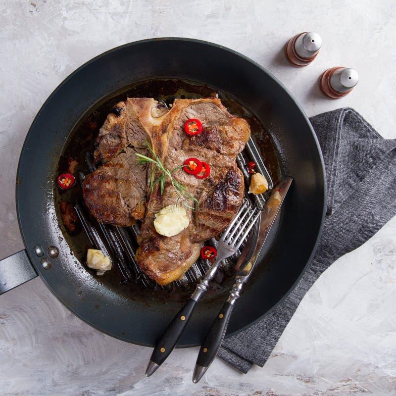 Bifteck à l'os grillé avec du beurre image libre de droits