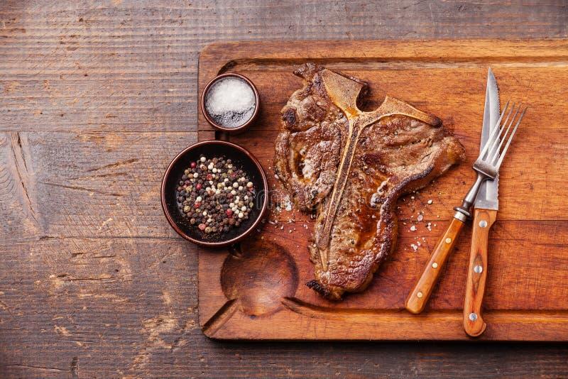Bifteck à l'os grillé avec du sel et le poivre photo stock
