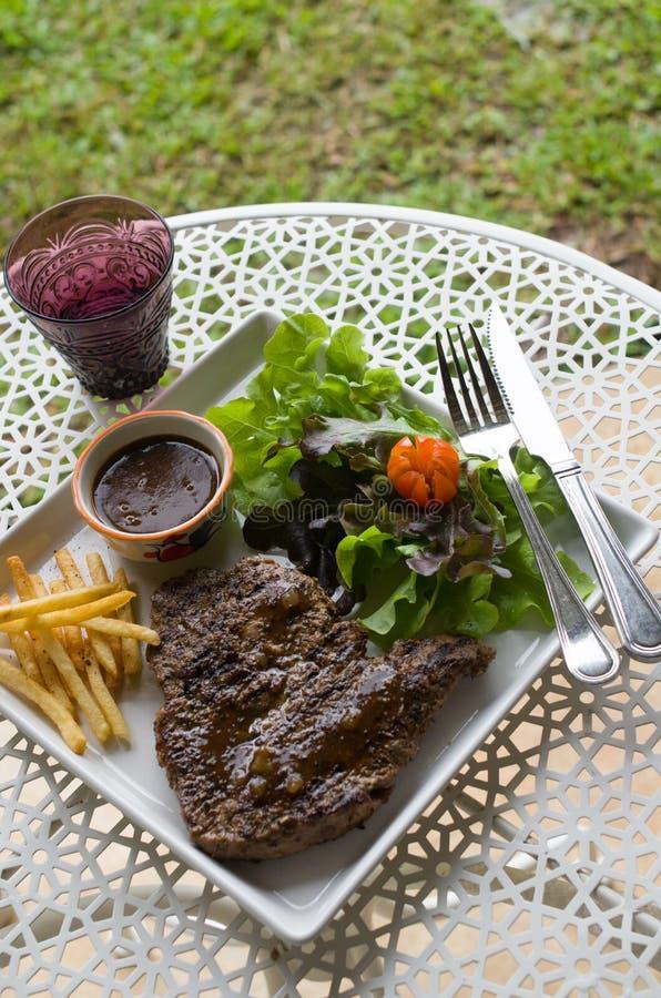 Bifteck à l'os grillé avec le français frit photographie stock libre de droits