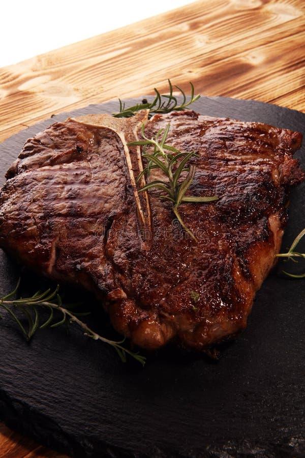 Bifteck à l'os grillé sur la planche à découper en pierre image stock