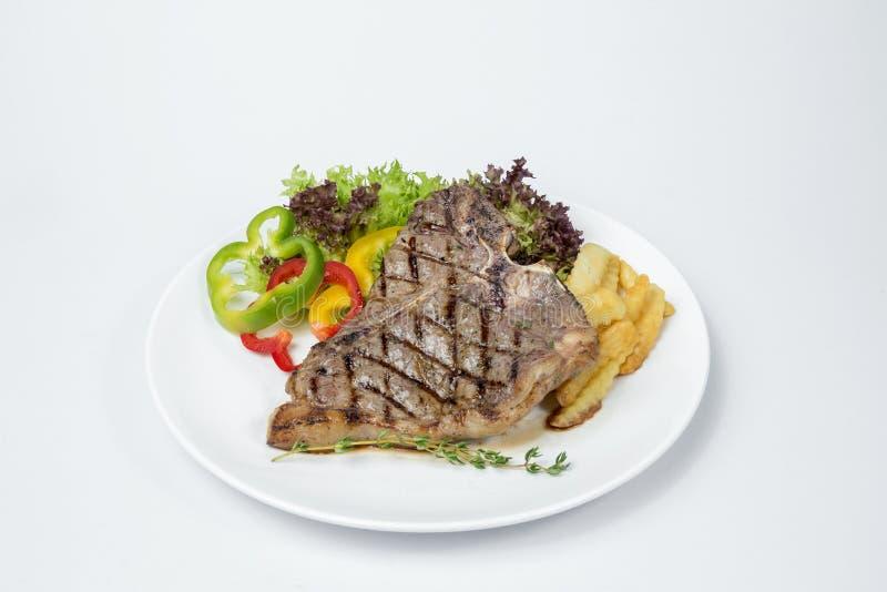 Bifteck à l'os servi avec de la salade fraîche image stock