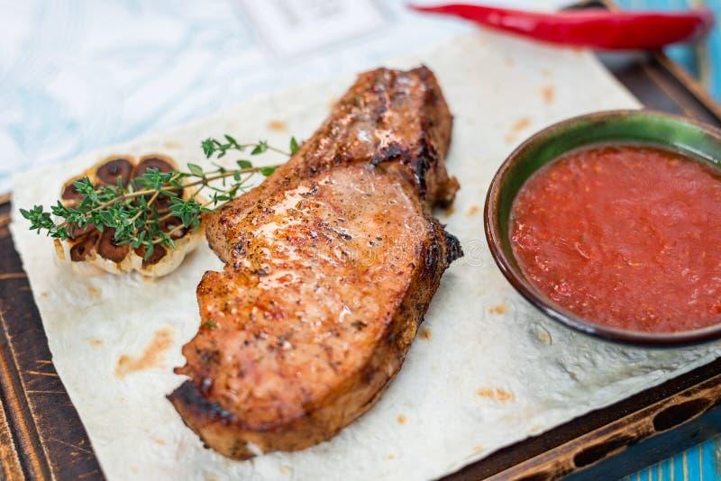 Bifteck avec de la sauce sur une feuille de pain pita photos stock