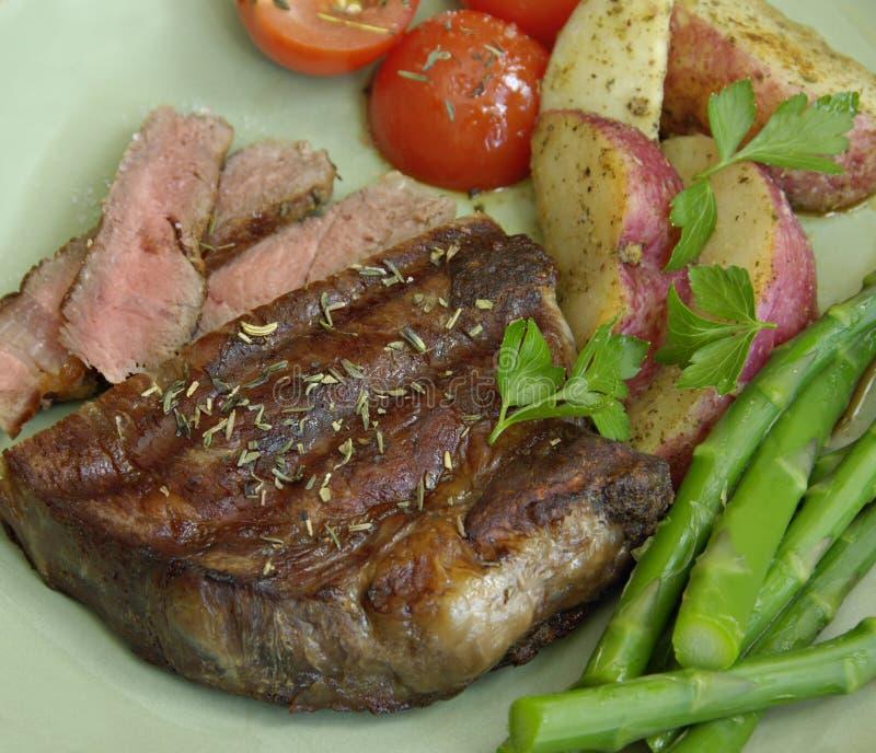 Bifteck avec des pommes de terre, des tomates, et l'asperge photos stock