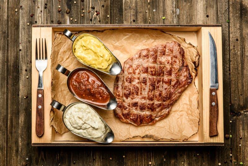 Bifteck avec différents types de vue supérieure de sauces mélangées photos libres de droits
