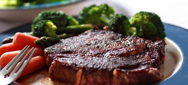 Bifteck avec le plan rapproché de légumes photographie stock