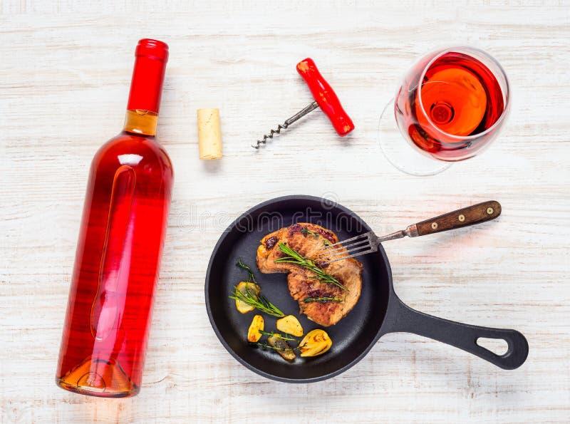 Bifteck avec le verre et la bouteille Rose Wine photographie stock libre de droits