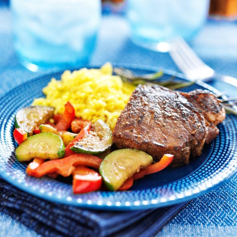Bifteck avec les légumes et le dîner de riz image stock