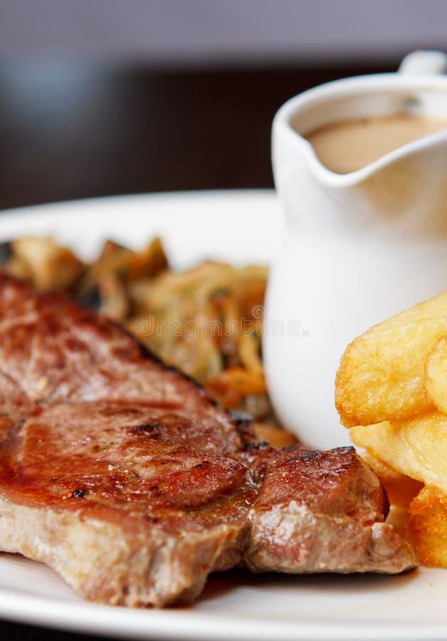 Bifteck coupé avec la sauce au jus photo stock