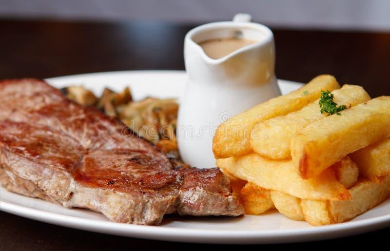 Bifteck coupé avec la sauce au jus images libres de droits