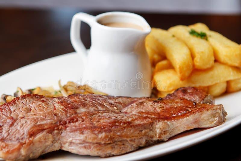 Bifteck coupé avec la sauce au jus photographie stock libre de droits