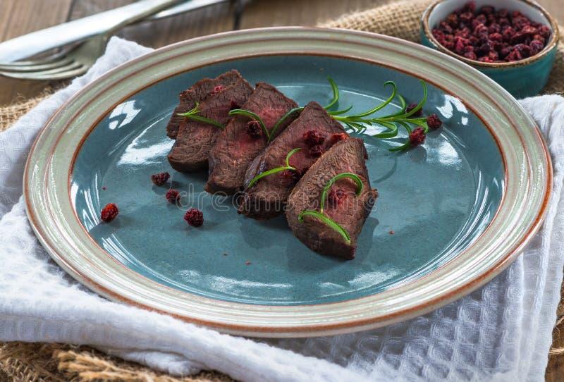Bifteck coupé en tranches de venaison image libre de droits