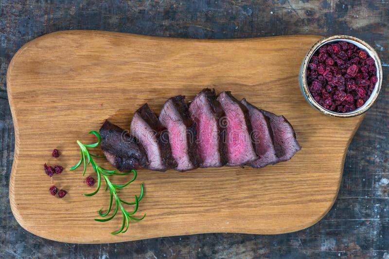 Bifteck coupé en tranches de venaison images stock